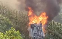 Xe Innova từ Sa Pa về lao xuống vực bốc cháy ngùn ngụt