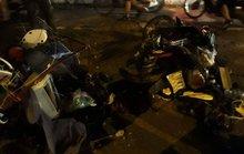 Xế hộp tông cột điện, người đi xe máy rồi chổng vó