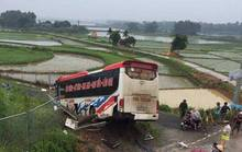 Xe khách lao xuống đường gom, 13 người bị thương