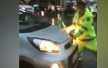 Tài xế taxi vượt đèn đỏ, húc CSGT chạy trốn