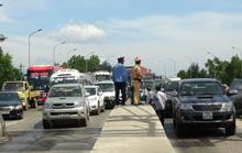 Hàng chục ô tô vây trạm thu phí Quán Hàu gây ách tắc giao thông