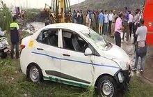 Núi rác đổ sập đè chết 2 người, hất văng ô tô