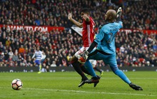Sân Old Trafford bật cười khi thủ môn biếu bàn thắng cho M.U