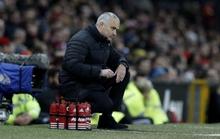 Mourinho bất lực nhìn M.U chia điểm