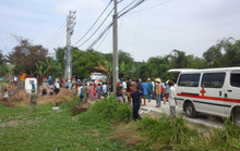 Tàu hỏa tông xe 16 chỗ, gần chục người thương vong