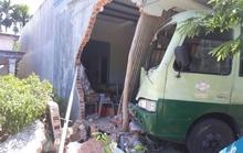 Xe buýt đâm sập nhà dân, nhiều người la hét hoảng loạn