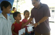Báo Người Lao Động tặng 800 phần quà cho HS nghèo ĐBSCL