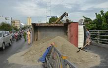 Xe tải lật ngang, cát đổ tràn cầu vượt Cây Gõ