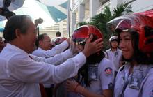 Ông Trương Hòa Bình đánh trống và đội mũ cho học sinh