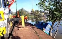 Xe khách mất lái lao thẳng xuống hồ Xuân Hương