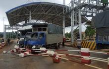 Hai xe tải ủi trạm thu phí
