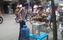 Bình nước, thùng bánh mì Thạch Sanh  giữa phố cổ Hà Nội