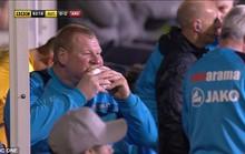 """Làm độ """"lạ"""", thủ môn nặng nhất nước Anh bị sa thải"""