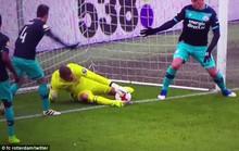 Pha đốt lưới nhà không ngờ của thủ môn PSV