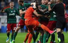 Cầu thủ đánh nhau như phim hành động ở Cúp nước Nga