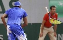 Kyrgios đập nát vợt trước mặt trẻ em vì thua trận