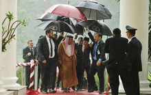 Tổng thống Indonesia và nỗi ấm ức che dù cho vua Ả Rập Saudi