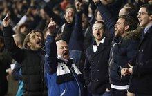 Chelsea thua đau, fan Arsenal hả hê