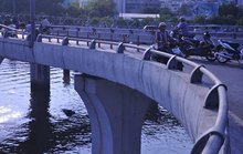 Hồi hộp khi qua cầu
