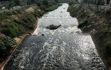 Cận cảnh nước đen đặc quánh, sùi bọt dưới kênh Ba Bò