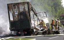 Húc đuôi xe tải, xe buýt chở 48 người cháy trơ khung