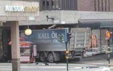 Thụy Điển: Xe tải khủng bố lao vào cửa hàng, 5 người thiệt mạng
