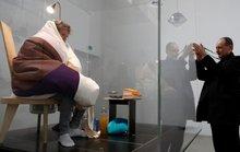 Nam nghệ sĩ Pháp hóa gà mái ấp trứng