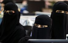 Lên máy bay Ả Rập Saudi là phải kín mít