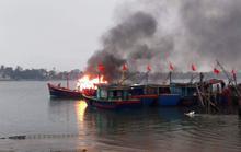 Tàu cá cháy rụi sau khi thắp hương ngày rằm