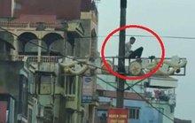 Nam thanh niên cố thủ trên cột điện, giao thông tắc nghẽn