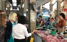 Bộ trưởng Đan Mạch nói về việc thăm quầy thịt lợn sống ở chợ