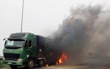 Xe ô tô bốc cháy dữ dội khi đang lưu thông