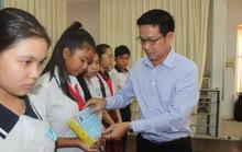 Trao học bổng cho con CNVC-LĐ khó khăn