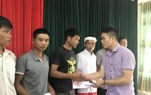 Báo Người Lao Động trao 105 triệu đồng hỗ trợ người dân vùng lũ