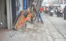 Hà Nội đưa máy bắn bê-tông cỡ lớn đi xử lấn chiếm vỉa hè