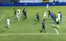 Hài hước cảnh cổ động viên lao vào sân ghi bàn