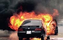 Xe ô tô 4 chỗ cháy dữ dội, tài xế đạp cửa thoát thân