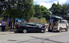 Đang ngồi ăn trên vỉa hè, 3 người bị xế hộp tông thương vong