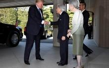 Ông Donald Trump không cúi người chào Nhật hoàng