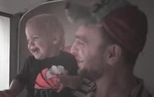 Video bé lần đầu thấy mưa làm lây lan hạnh phúc