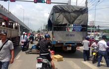 Tài xế xe tải la hét mất thắng, 2 xe máy bị cuốn
