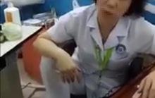 Nữ bác sĩ gác chân lên ghế thừa nhận tư thế không đẹp mắt