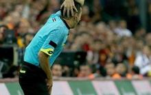 Trọng tài bị dội bom nước ở derby Istanbul