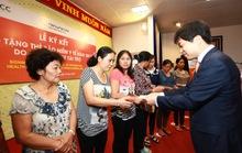 Hanwha Life tặng hơn 9.500 thẻ bảo hiểm y tế cho người nghèo