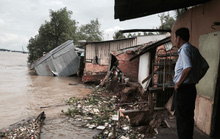 Sạt lở khiến hàng chục căn nhà và người bị lôi xuống sông