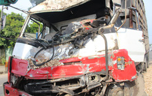 Đầu xe tải nát bươm sau cú đâm vào xe khách
