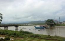 Tàu cát tông sập cầu, người phụ nữ và xe máy rơi xuống sông