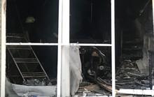 Lửa bao trùm căn nhà 4 tầng, nhiều xe máy cháy trơ khung