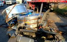 4 cuộn thép đè nát đầu xe container, tài xế nguy kịch