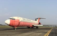 Kéo máy bay vô chủ Boeing 727 ra bãi đất chờ đấu giá